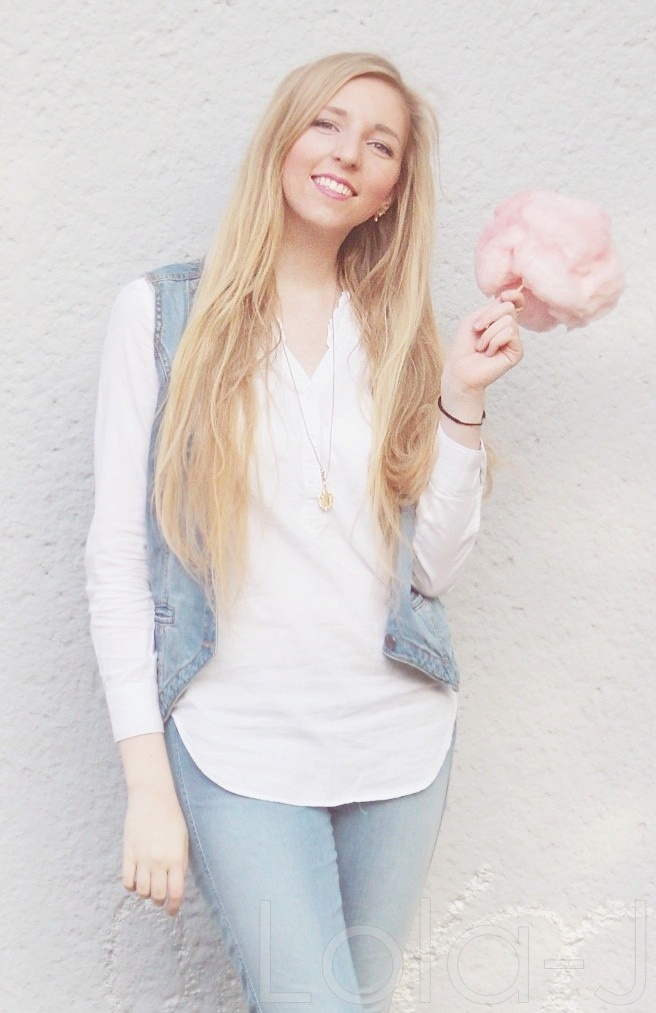 cukrová vata, růžová, cooton candy, outfit, blogger, czech blog, fashion, food, lifestyle blogerka, sunny day, photo idea, blonde girl, pink, white, jeans theme, spring, summer, enjoying, happy atmosphere, white wall, outfit, mootd, bílá stěna, nápady