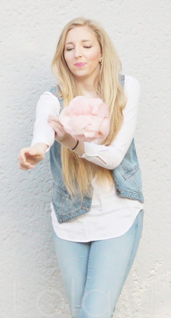 cukrová vata, růžová, cooton candy, outfit, blogger, czech blog, fashion, food, lifestyle blogerka, sunny day, photo idea, blonde girl, pink, white, jeans theme, spring, summer, enjoying, happy atmosphere, white wall, outfit, mootd, bílá stěna, nápady, typický výraz, vtipné výrazy, obličeje, ksichtíky, xichtíky, funny, face