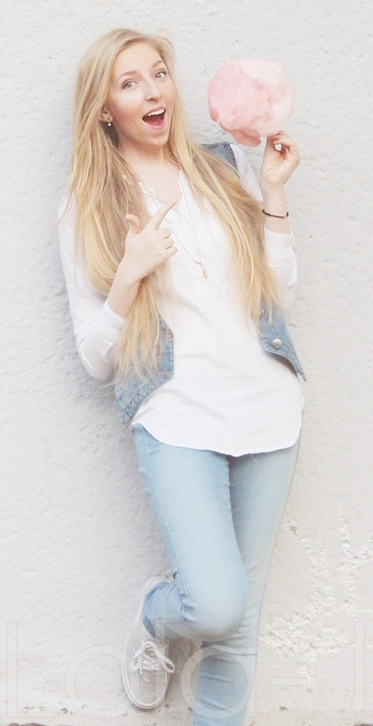 cukrová vata, růžová, cooton candy, outfit, lola jukelsonová, lola-j, blogger, czech blog, fashion, food, lifestyle blogerka, sunny day, photo idea, blonde girl, pink, white, jeans theme, spring, summer, enjoying, happy atmosphere, white wall, outfit, mootd, bílá stěna, nápady