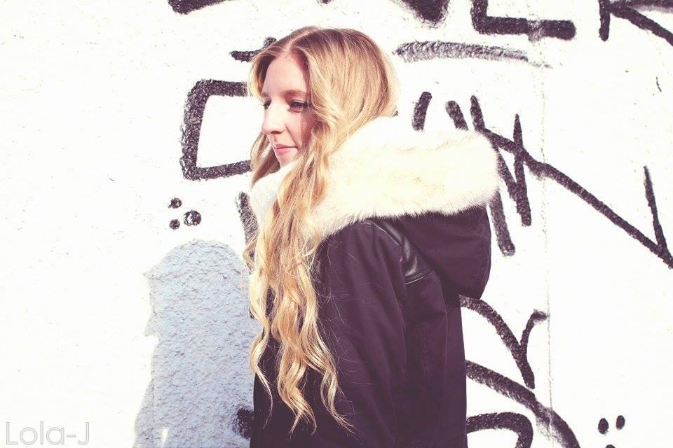 lola-j, black and white, b n white, černá, smile, laugh, bílá, zimní bunda, kožich, světlé dlouhé vlasy, rovné, vlnité, blond, curly, wavy, straight, long,czech blogger, česká blogerka, blonde, girl, teenager, fashion, lifestyle, cosmetics, beauty, parka, pimkie, dark, coat, winter, 2015, faux fur, white, light, outfit, boots, shoes, style, love, world, peace, colorful, calm
