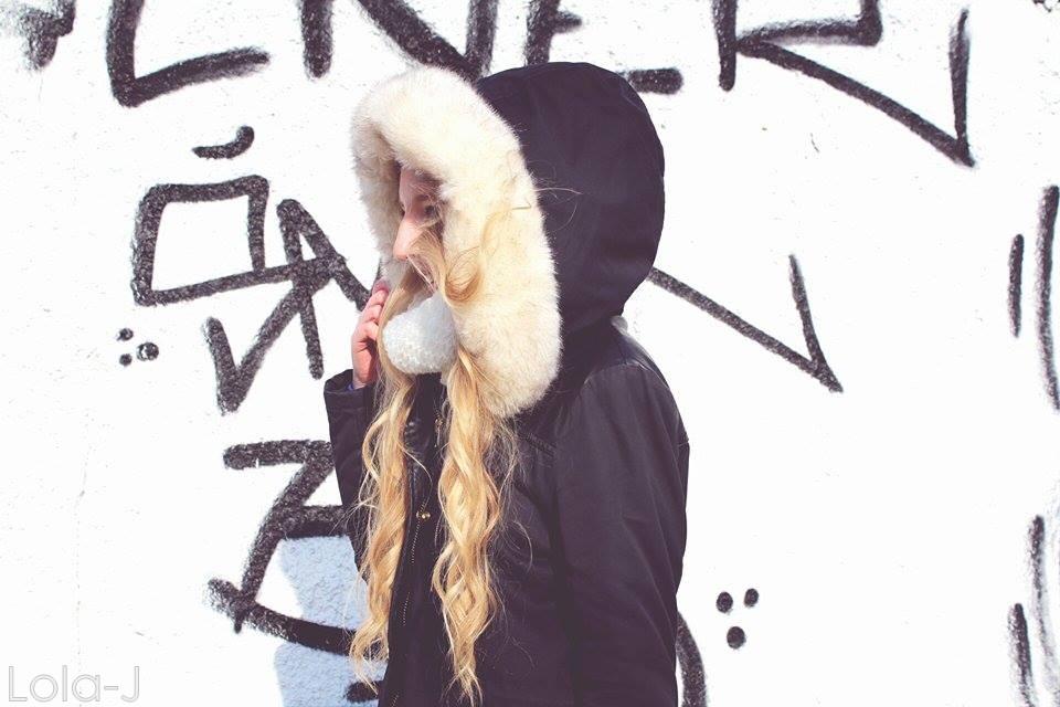 lola-j, black and white, b n white, černá, bílá, smile, laugh, úsměv, teeth,zimní bunda, kožich, světlé dlouhé vlasy, rovné, vlnité, blond, curly, wavy, straight, long,czech blogger, česká blogerka, blonde, girl, teenager, fashion, lifestyle, cosmetics, beauty, parka, pimkie, dark, coat, winter, 2015, faux fur, white, light, outfit, boots, shoes, style, love, world, peace, colorful, calm, kapuce, hood, cape