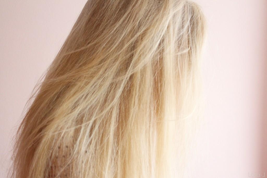 "lola-j, girl, trendbookcz, straight, blonde hair, long, covered face, hair covering, blogger, ""stressed, depressed but well dressed"", school, teenager, blogerka, blondýnka, blond, dlouhé rovné vlasy, skloněná hlava, sun, light, slunce, světlo, pink wall, room, růžová zeď, pokoj, girly"