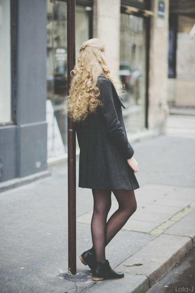 art du basic, paris, paříž, francie, france, fashion, blogger, blogerka, lola-j, teenager, girl, blonde, long, curly hair, styling, style, black, little, casual, dress, coat, scarf, grey, combination, inspiration, tights, kotníkové boty, shoes, dnes nosím, i am wearing, lifestyle, beauty, cosmetics, from back, záda, zezadu, head, hair, shoulders, curly, wavy, waves, kudrnaté vlasy, hlava, ramena, vlnité, vlnky, lokny, prstýnky