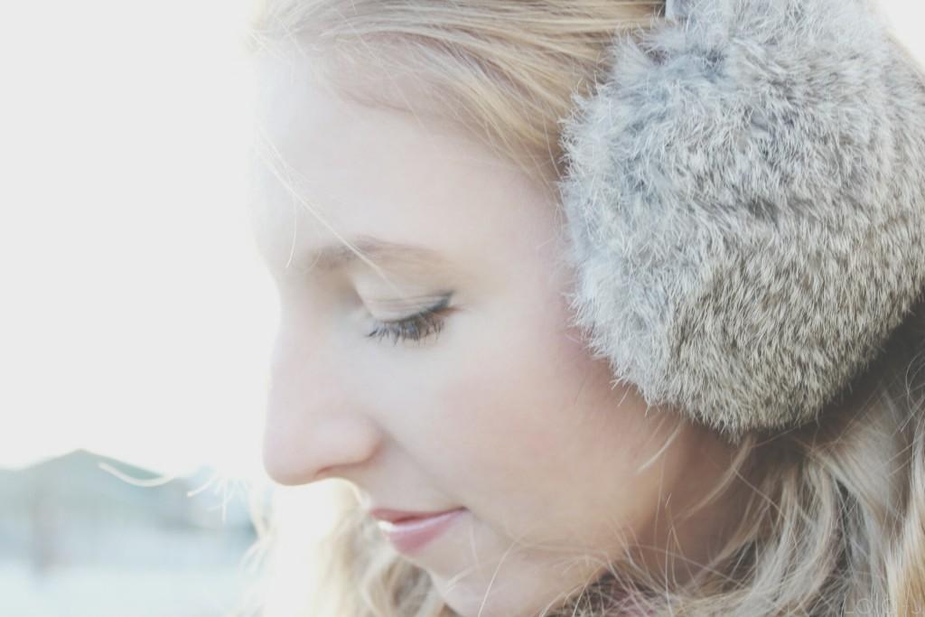 lola-j, blog, blogger, blogerka, česká, czech, earmuffs, klapky na uši, winter outfit, zimní, zima, styl, vzhled, look, closed eyes, eyeliner, cosmetics, beauty, plain, clear, skin, čistá pleť, girl, teenager, nose, not ideal, perfect, natural, make-up, nose, obočí, eyebrows, chin, mouth, lips, blonde, hair, curly, wavy, vlnité dlouhé vlasy, blond