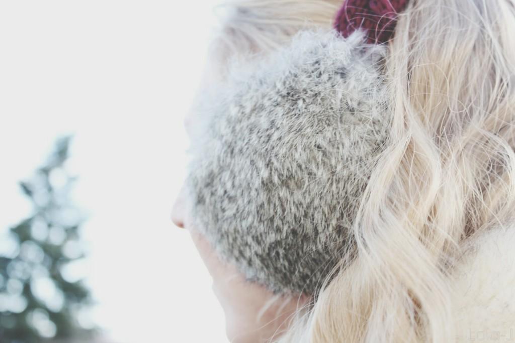 lola-j, blog, blogger, blogerka, česká, czech, earmuffs, klapky na uši, winter outfit, zimní, zima, styl, vzhled, look, closed eyes, eyeliner, cosmetics, beauty, plain, clear, skin, čistá pleť, girl, teenager, nose, not ideal, perfect, natural, make-up, nose, obočí, eyebrows, chin, mouth, lips, blonde, hair, curly, wavy, vlnité dlouhé vlasy, blond, head, hlava, bow, freezing, cold outside, frozen