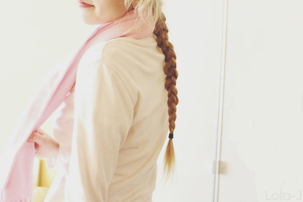 lola-j, blog, blogger, think pink, positive, mysli pozitivně, růžově, růžové brýle, blogerka, česká, czech, čr, girl, teenager, long, blonde, hair, straight, wavy, braid, french, winter, spring, scarf, lips, šála, sweatshirt, tričko, ootd, outfit