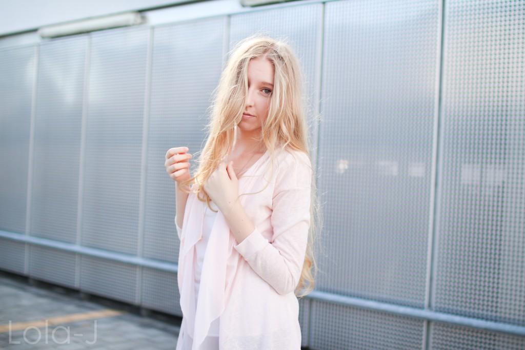 lola-j, blog, czech blogger, česká blogerka, girl, teenager, blonde, long hair, wavy, natural, outfit, ootd, dnesnosim, dnes nosím, čr, sk, fashion, móda, outfit of the day, pure, sunny days, sweet pink, girly, bright, sladká růžová, světlá, cardigan, kardigan, outfit dne, grey background, šedé pozadí, urban, brno, city, město, black jeans, trousers, černé kalhoty, džíny, tosca blu, zara, ballerines, flats, white, bílé, zlaté, gold, shoes, inspo, inspiration