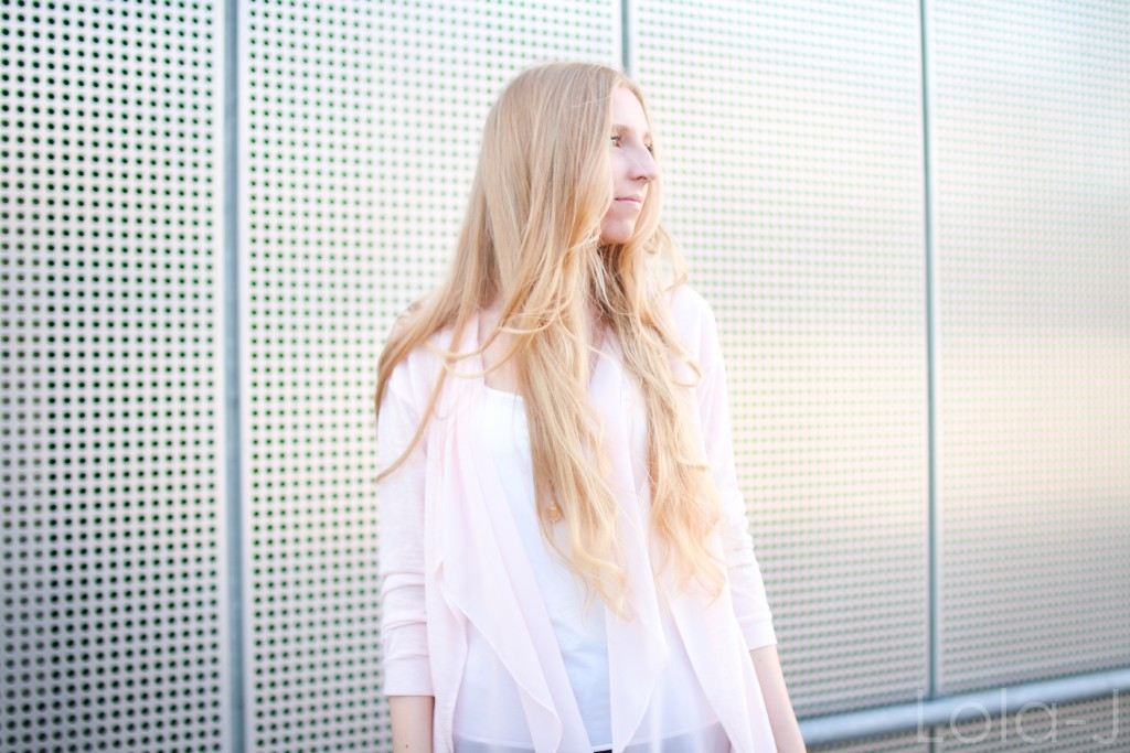 lola-j, blog, czech blogger, česká blogerka, girl, teenager, blonde, long hair, wavy, natural, outfit, ootd, dnesnosim, dnes nosím, čr, sk, fashion, móda, outfit of the day, pure, sunny days, sweet pink, girly, bright, sladká růžová, světlá, cardigan, kardigan, outfit dne, grey background, šedé pozadí, urban, brno, city, město, black jeans, trousers, černé kalhoty, džíny, tosca blu, zara, ballerines, flats, white, bílé, zlaté, gold, shoes, inspo, inspiration, sun light, optimistic, sunny, autumn, printemps, spring, tumblr