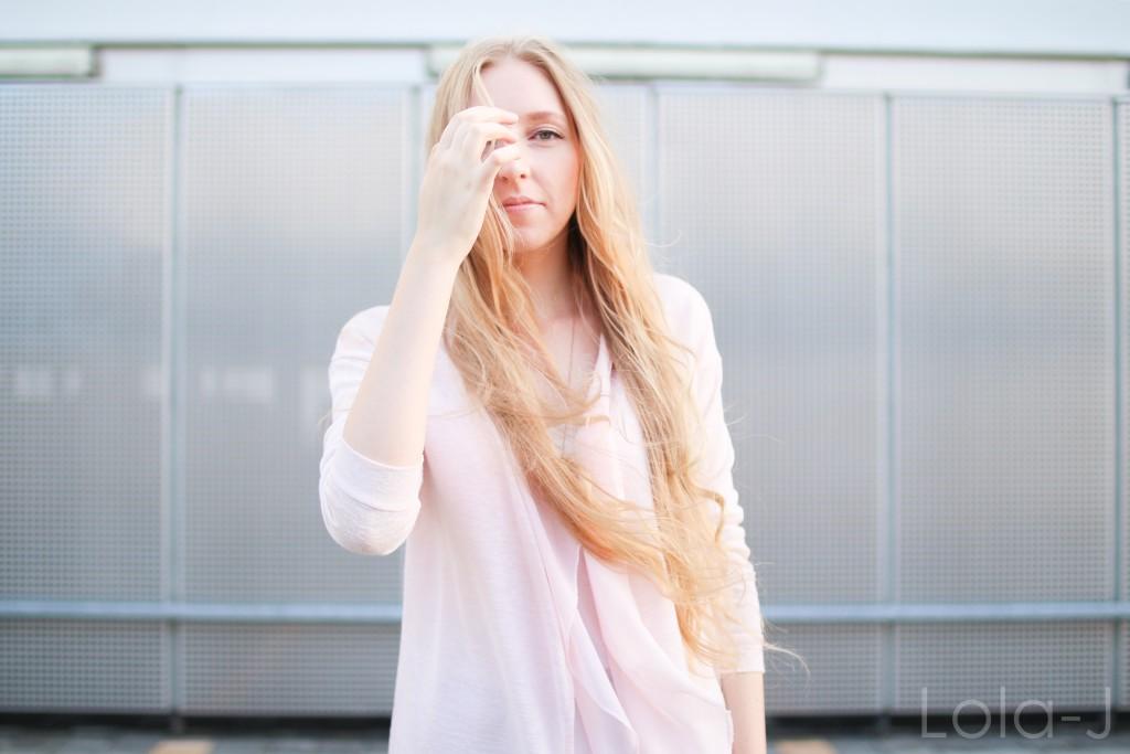 lola-j, blog, czech blogger, česká blogerka, girl, teenager, blonde, long hair, wavy, natural, outfit, ootd, dnesnosim, dnes nosím, čr, sk, fashion, móda, outfit of the day, pure, sunny days, sweet pink, girly, bright, sladká růžová, světlá, cardigan, kardigan, outfit dne, grey background, šedé pozadí, urban, brno, city, město, black jeans, trousers, černé kalhoty, džíny, tosca blu, zara, ballerines, flats, white, bílé, zlaté, gold, shoes, inspo, inspiration, sun light, optimistic, sunny, autumn, printemps, spring, tumblr, smile, úsměv, jaro, podzim, slunečný den, slunce svítí, paprsky, světlo
