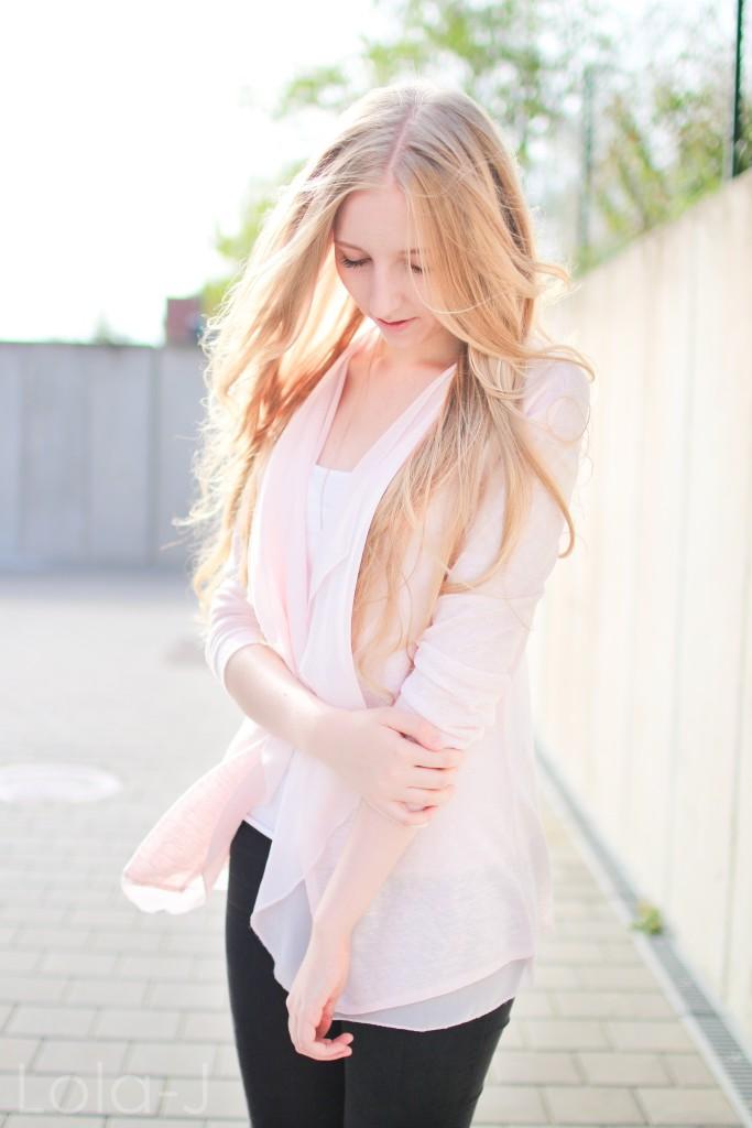 lola-j, blog, czech blogger, česká blogerka, girl, teenager, blonde, long hair, wavy, natural, outfit, ootd, dnesnosim, dnes nosím, čr, sk, fashion, móda, outfit of the day, pure, sunny days, sweet pink, girly, bright, sladká růžová, světlá, cardigan, kardigan, outfit dne, grey background, šedé pozadí, urban, brno, city, město, black jeans, trousers, černé kalhoty, džíny, tosca blu, zara, ballerines, flats, white, bílé, zlaté, gold, shoes, inspo, inspiration, sun light, optimistic, sunny, autumn, printemps, spring, tumblr, smile, úsměv, jaro, podzim, slunečný den, slunce svítí, paprsky, světlo, focení, photograph