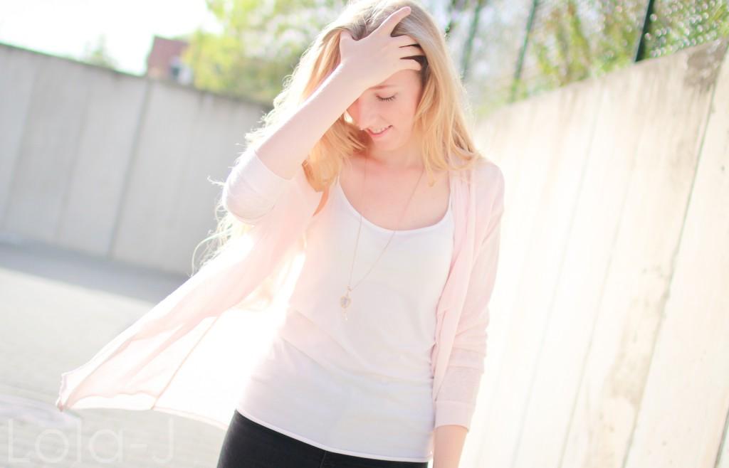 lola-j, blog, czech blogger, česká blogerka, girl, teenager, blonde, long hair, wavy, natural, outfit, ootd, dnesnosim, dnes nosím, čr, sk, fashion, móda, outfit of the day, pure, sunny days, sweet pink, girly, bright, sladká růžová, světlá, cardigan, kardigan, outfit dne, grey background, šedé pozadí, urban, brno, city, město, black jeans, trousers, černé kalhoty, džíny, tosca blu, zara, ballerines, flats, white, bílé, zlaté, gold, shoes, inspo, inspiration, sun light, optimistic, sunny, autumn, printemps, spring, tumblr, smile, úsměv, jaro, podzim, slunečný den, slunce svítí, paprsky, světlo, modern, hand, side, head down, bow
