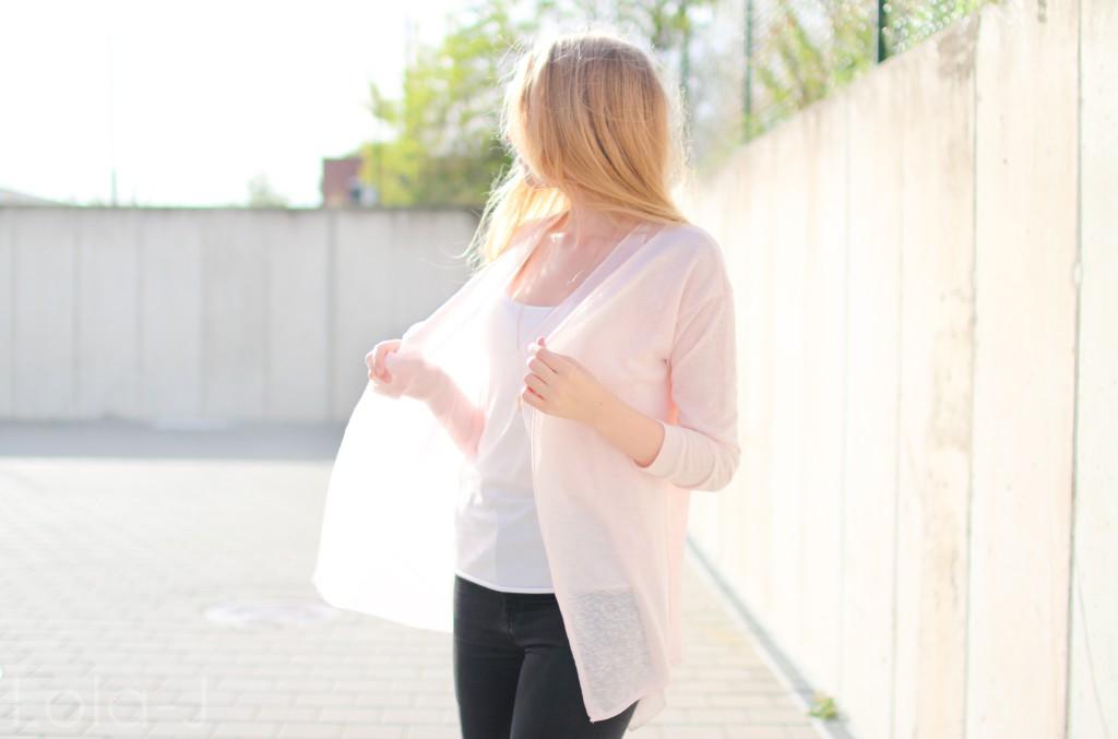 lola-j, blog, czech blogger, česká blogerka, girl, teenager, blonde, long hair, wavy, natural, outfit, ootd, dnesnosim, dnes nosím, čr, sk, fashion, móda, outfit of the day, pure, sunny days, sweet pink, girly, bright, sladká růžová, světlá, cardigan, kardigan, outfit dne, grey background, šedé pozadí, urban, brno, city, město, black jeans, trousers, černé kalhoty, džíny, tosca blu, zara, ballerines, flats, white, bílé, zlaté, gold, shoes, inspo, inspiration, sun light, optimistic, sunny, autumn, printemps, spring, tumblr, smile, úsměv, jaro, podzim, slunečný den, slunce svítí, paprsky, světlo, profile, profil, move