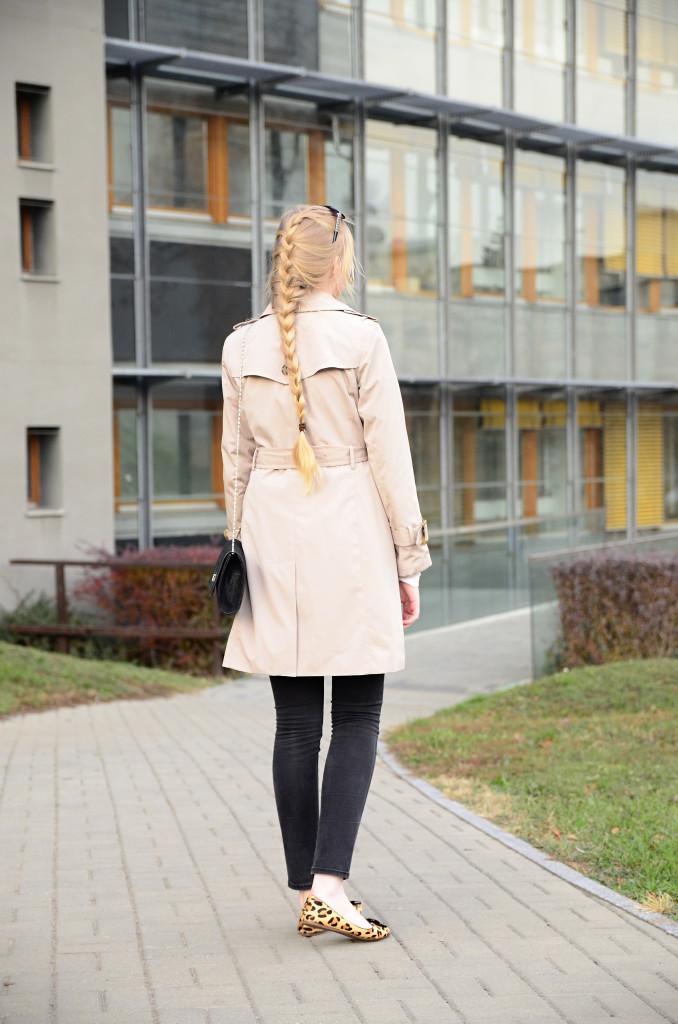 lola-j, czech blog, fashion blogger, beauty, cosmetics, lifestyle, hairstyle, french braid, beige coat, black bag, clutch, jeans, trousers, skinny, leopard flats, ballerinas, blonde long hair, natural, outfit, ootd, of the day, inspo, ideas, smile, happy, positive, český blog, módní blogerka, krása, móda, styl, kosmetika, oblečení, clothes, copánek, francouzský cop, elegance, elegant, neat, kabát, béžový, černé kalhoty, kabelka, baleríny, leopardí vzor, brýle, sunglasses, blond dlouhé vlasy, přírodní, podzim, jaro, autumn, fall, spring, sun, warm, světlo, slunce, teplo, light, červená rtěnka, red lipstick, vibrant