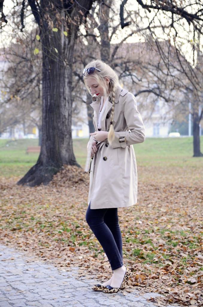 lola-j, czech blog, fashion blogger, beauty, cosmetics, lifestyle, hairstyle, french braid, beige coat, black bag, clutch, jeans, trousers, skinny, leopard flats, ballerinas, blonde long hair, natural, outfit, ootd, of the day, inspo, ideas, smile, happy, positive, český blog, módní blogerka, krása, móda, styl, kosmetika, oblečení, clothes, copánek, francouzský cop, elegance, elegant, neat, kabát, béžový, černé kalhoty, kabelka, baleríny, leopardí vzor, brýle, sunglasses, blond dlouhé vlasy, přírodní, podzim, jaro, autumn, fall, spring, sun, warm, světlo, slunce, teplo, light, červená rtěnka, red lipstick, vibrant, tips, tricks, trends, tipy, triky, trendy