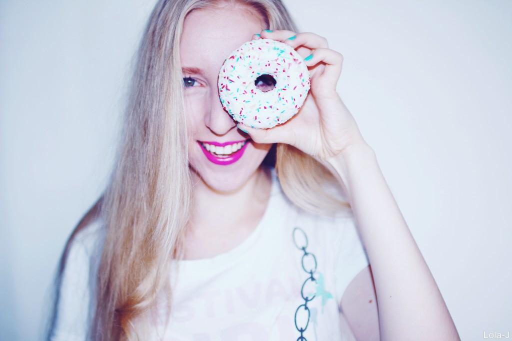 lola-j, česká blogerka, český blog, czech blogger, fashion blog, móda, krása, beauty, cosmetics, kosmetika, life style, životní styl, food, jídlo, donut, doughnut, barevný, colorful, white, bílá, blond, blonde, long hair, dlouhé vlasy, smile, úsměv, radost, happiness, tumblr, party, celebration, oslava, crazy, bláznivé, photo shooting, focení, teenager, youtuberka, vlogerka, blondýnka, maturita, epizeuxis, ezop, 2016, svaťák, rady, tipy, blue, mint nails, modré, mentolové nehty, růžová rtěnka, pink lipstick, hot magenta, mememe, positive, optimism, pozitivní, optimismus, radost