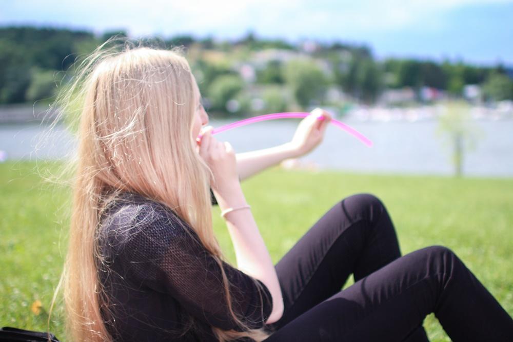 lola-j, czech blogger, česká blogerka, český blog, fashion, móda, food, jídlo, lifestyle, životní styl, beauty, krása, cosmetics, kosmetika, picknick, piknik, pique nique, potes, amies, friends, blonde, brunettes, park, photo, green grass, lunch, oběd, snack, svačina, inspiration, inspo, teenager, high school, afternoon, střední škola, odpoledne, inspirace, volný čas, free time, happy, smile, šťastné úsměvy, girls, women, young ladies, red lipstick, guru, červená rtěnka, long hair, dlouhé vlasy, friendship, kamarádství, přátelství, long straw, extra long, brněnská přehrada, drink, XXL, funny, fun, pink, růžové dlouhé brčko, party, drink water from long distance
