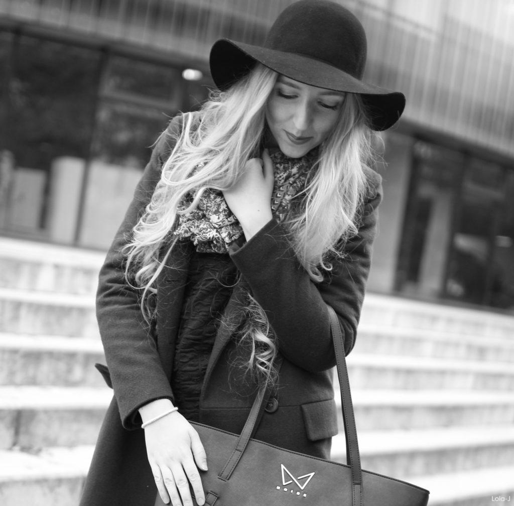 czech blogger, česká blogerka, czech fashion, project, módní projekt, aplikace, offline, online world, virtual, real, internet connection, aplikace, móda, trends, trendy, fall, autumn, outfit, kabelka noire, handbag noire, recenze, review, zkušenosti, experience, opinion, názor, jak vypadá uvnitř, jak nosit, jak kombinovat, how to, blonde, long curly, straight wavy hair, chapeau, klobouk, hat, elegance, cozy, warm, black, blue, prague, praha, new in, haul, inspiration, high school, university, college, ootd, my outfit, blogger's outfit, šátek, scarf, šála, boots, boty na zimu, kombinování, svetr, denim košile, shirt, collar, smile, worldwide, black and white