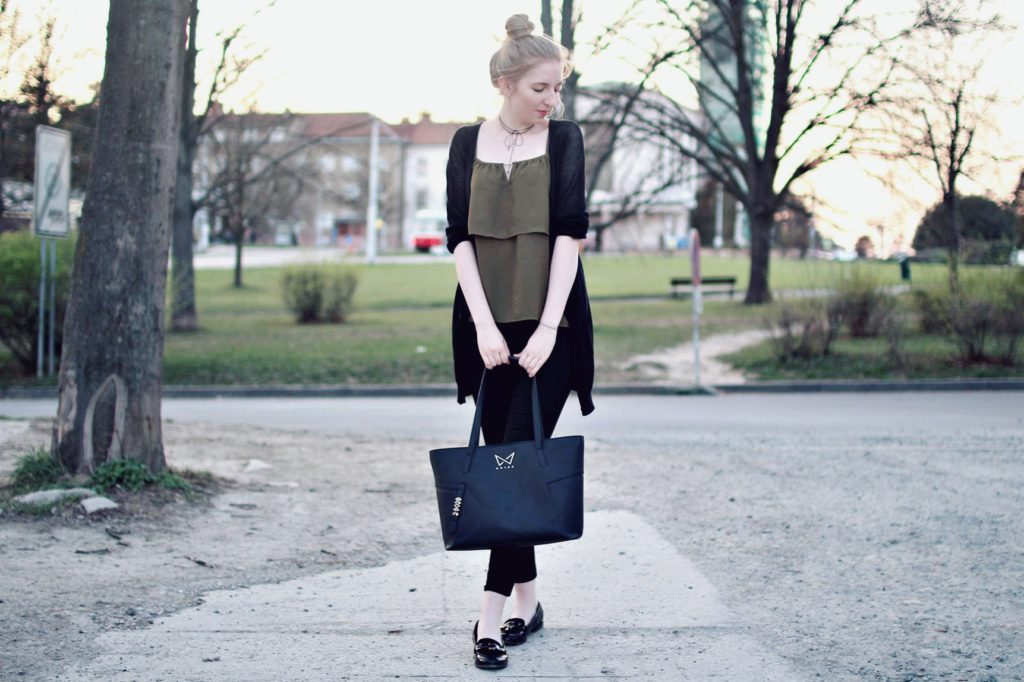 lola-j, blog, czech blogger, česká blegorka, fashion, móda, outfit, ootd, grunge, inspiration, elegance, elegant, neat, black, lakýrky, polished, shoes, baleríny, ankle, kotník, flats, indie, pierre cardin, cardigan, kardigan, olive, olivový, top, pinterest inspiration, hair bun, messy drdol, black trousers, jeggins, stradivarius, reserved, chocker, obojek, nitky, náhrdelník, accessories, doplňky, zlaté, černé, gold, módní blog, inspirace, praha, brno, cz, čr, czech republic, nordic, fair, blonde, blond vlasy, dlouhé, long hair, natural color, noire bag, noire fashion, noire kabelka, street style, styl, v ulicích města, city, urban, modern combination, experiment, park, green, trees, road, cesta, silnice, zeleň