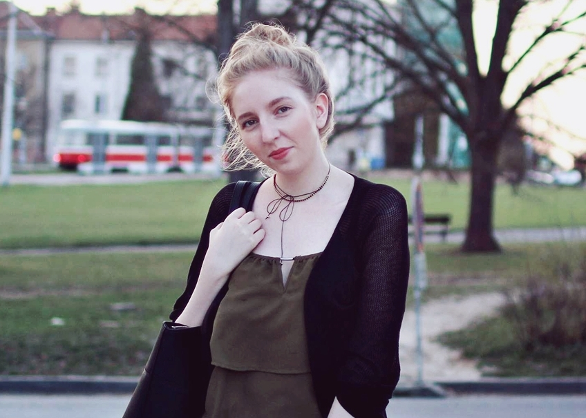 lola-j, blog, czech blogger, česká blegorka, fashion, móda, outfit, ootd, grunge, inspiration, elegance, elegant, neat, black, lakýrky, polished, shoes, baleríny, ankle, kotník, flats, indie, pierre cardin, cardigan, kardigan, olive, olivový, top, pinterest inspiration, hair bun, messy drdol, black trousers, jeggins, stradivarius, reserved, chocker, obojek, nitky, náhrdelník, accessories, doplňky, zlaté, černé, gold, módní blog, inspirace, praha, brno, cz, čr, czech republic, nordic, fair, blonde, blond vlasy, dlouhé, long hair, natural color, noire bag, noire fashion, noire kabelka, thin, arm, street style, styl, v ulicích města, city, urban, modern combination, experiment, tumblr look, make-up, thinking smiling face, girl, 20