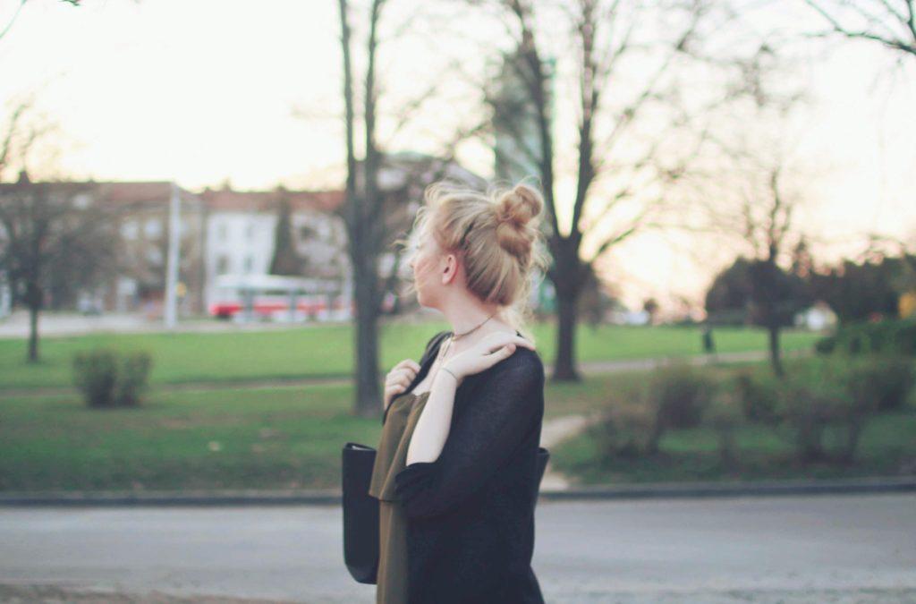 lola-j, blog, czech blogger, česká blegorka, fashion, móda, outfit, ootd, grunge, inspiration, elegance, elegant, neat, black, lakýrky, polished, shoes, baleríny, ankle, kotník, flats, indie, pierre cardin, cardigan, kardigan, olive, olivový, top, pinterest inspiration, hair bun, messy drdol, black trousers, jeggins, stradivarius, reserved, chocker, obojek, nitky, náhrdelník, accessories, doplňky, zlaté, černé, gold, módní blog, inspirace, praha, brno, cz, čr, czech republic, nordic, fair, blonde, blond vlasy, dlouhé, long hair, natural color, noire bag, noire fashion, noire kabelka, street style, styl, v ulicích města, city, urban, modern combination, experiment, tumblr, nature, green park, thinking, quote