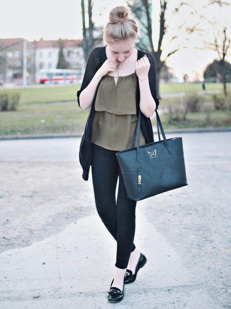 lola-j, blog, czech blogger, česká blegorka, fashion, móda, outfit, ootd, grunge, inspiration, elegance, elegant, neat, black, lakýrky, polished, shoes, baleríny, ankle, kotník, flats, indie, pierre cardin, cardigan, kardigan, olive, olivový, top, pinterest inspiration, hair bun, messy drdol, black trousers, jeggins, stradivarius, reserved, chocker, obojek, nitky, náhrdelník, accessories, doplňky, zlaté, černé, gold, módní blog, inspirace, praha, brno, cz, čr, czech republic, nordic, fair, blonde, blond vlasy, dlouhé, long hair, natural color, noire bag, noire fashion, noire kabelka, street style, styl, v ulicích města, city, urban, modern combination, experiment, dnes nosim