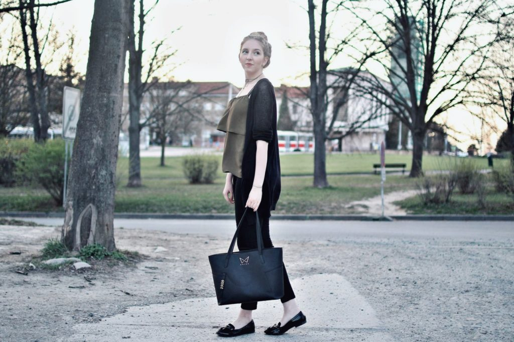 lola-j, blog, czech blogger, česká blegorka, fashion, móda, outfit, ootd, grunge, inspiration, elegance, elegant, neat, black, lakýrky, polished, shoes, baleríny, ankle, kotník, flats, indie, pierre cardin, cardigan, kardigan, olive, olivový, top, pinterest inspiration, hair bun, messy drdol, black trousers, jeggins, stradivarius, reserved, chocker, obojek, nitky, náhrdelník, accessories, doplňky, zlaté, černé, gold, módní blog, inspirace, praha, brno, cz, čr, czech republic, nordic, fair, blonde, blond vlasy, dlouhé, long hair, natural color, noire bag, noire fashion, noire kabelka, street style, styl, v ulicích města, city, urban, modern combination, experiment, hand bag, project, walking