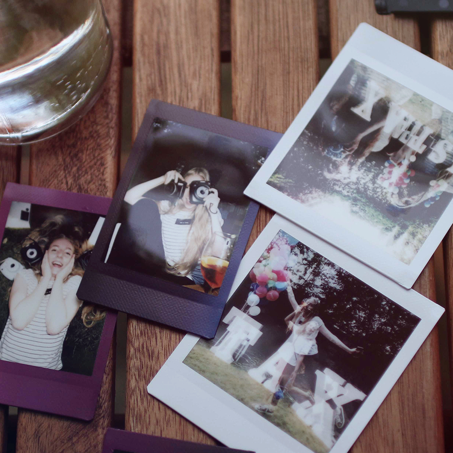 lola-j, instax summer party, fujifilm, polaroid, camera, photography, instant, trend, fashion blogger, módní blogerka, lifestyle, životní styl, fotografie, polaroidky, polaroidy, fotky, večírek, soirée, praha, prague, czech blog, český blog, dood, jídlo, snack, svačina, catering, občerstvení, finger food, hamburger, cheeseburger, sunshine, sunny, léto, léto s instaxem, letosinstaxem, instagram, youtuber, video, světla, lights, instax new mini 9, sq 9, square, čtvercové fotky, Aperol Spritz, alkohol, drink, pití, přátelé, friends, writing, funny, colorful, barevné, balonky, oslava, evening, sunset, západ slunce, variations, lampions, little lights