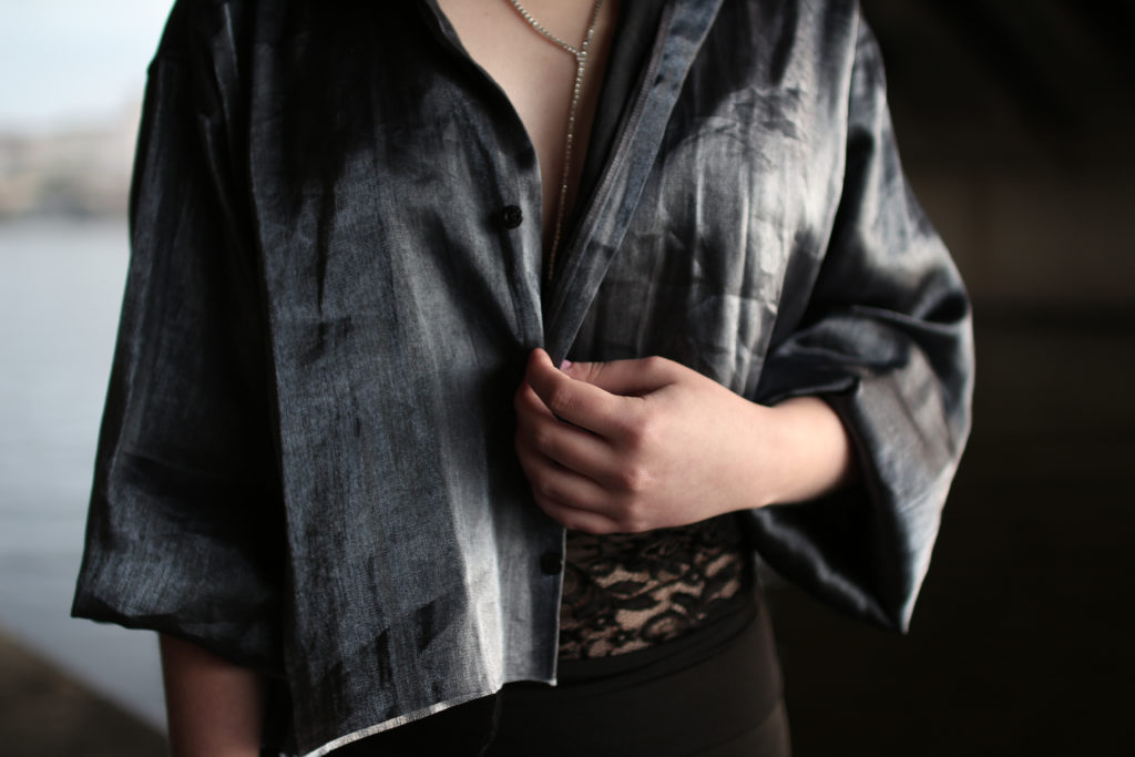 lola-j, michellee, outfit, ootd, black, blue, top, bra, necklace, as diamond, lace, underwear, black, yoga pants, brunette, photo shooting, photograph, fashion blogger, summer, indie, tumblr, inspiration, pinterest, how to wear, extravagant, shiny, dnes nosím, móda, módní blogerka, módní blog, česko, prague, czech, nová scéna národního divadla, city, nature, contrast, město, příroda, zeleň, design, detail, dark, tmavé