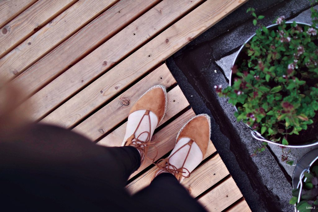 lola-j, czech blog, fashion blogger, ootd, outfit, modino.cz, eshop, móda, trendy, tipy, triky, tips and tricks, all black outfit, camel espadrilles, beige, light brown, velbloudí espadrilky se šněrováním, zavazování, tkaničky, inspirace, inspiration, inspo, long blonde hair, curly, wavy, natural color, dnesnosim, instagram hashtag, praha, prague, czech republic, rooftop, střecha Lucerna, plants, tumblr like, fromwhereistand, shoes, boty, obuv, nakupování online, light, světlo, sun, slunce, blogerka, lifestyle