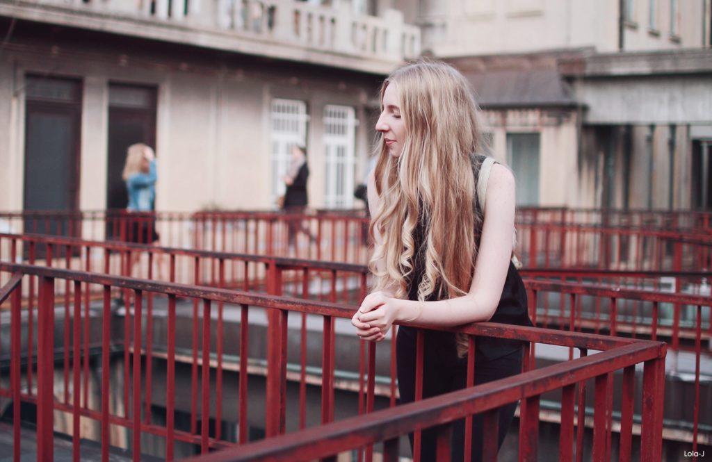 lola-j, czech blog, fashion blogger, ootd, outfit, modino.cz, eshop, móda, trendy, tipy, triky, tips and tricks, all black outfit, camel espadrilles, beige, light brown, velbloudí espadrilky se šněrováním, zavazování, tkaničky, inspirace, inspiration, inspo, long blonde hair, curly, wavy, natural color, dnesnosim, instagram hashtag, praha, prague, czech republic, rooftop, střecha Lucerna, plants, tumblr like, fromwhereistand, shoes, boty, obuv, nakupování online, light, světlo, sun, slunce, blogerka, lifestyle, zábradlí, black top, high waisted jeans