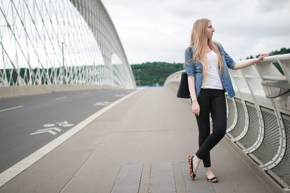 ootd, outfit of the day, daily inspiration, casual model, denim shirt, black high waisted jeans, zara, ballerinas, leopard flats, atelier mercadal, paris, butique, long blonde hair, nordic, czech, blogger, fashion, móda, fashion post, fashion blog, blog o m´odě, blogerka, tipy, rady, styl, jak kombinovat, zvířecí vzory, leopardí baleríny, praha, trojský most, kabelka noire, černá kabelka, dámská, inspirace, full outfit, celý outfit, most
