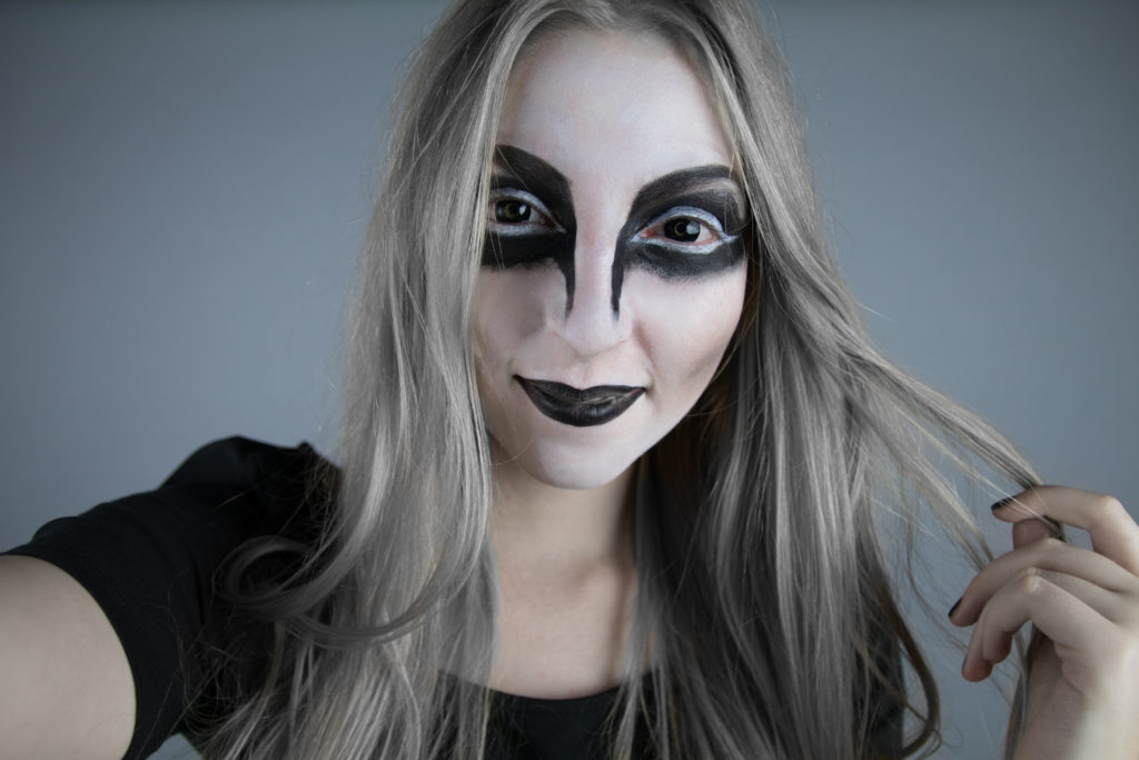 halloween makeup, beauty guru, special edition, make-up tutorial, bloggers, demon sisters, fun, cosmetics, video, blood, neck, white, red, black, contact lenses, long blonde hair, straight, wavy, beauty blogerky, kosmetika, krása, návod, líčení, strašidelný, děsivý makeup, blogerka, fashion, lifestyle, móda, životní styl, zábava, inspirace, inspiration, inspo, party, ideas, nápady, grey hair, šedé vlasy, video, youtube, youtuber
