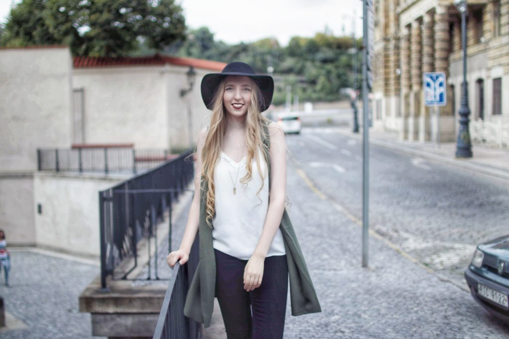 lola-j, fashion blogger, m´odní bloggerka, outfit, inspirace, ootd, inspiration, outfit of the day, keep it simple, basic pieces, basics wardrobe, black hat, white top, black jeggins, high waisted jeans pants, green cardigan, zelený kardigan, černý klobou, kalhoty, bílé tílko, blonde girl, blond vlasy, wavy hair, vlnité, hairstyle, style, lifestyle, beauty, fashion lover, fashionista, little backpack, mini batůžek, krémová barva, praha, podzim, zima, jaro, jednoduchý outfit, základní kousky, móda, trendy