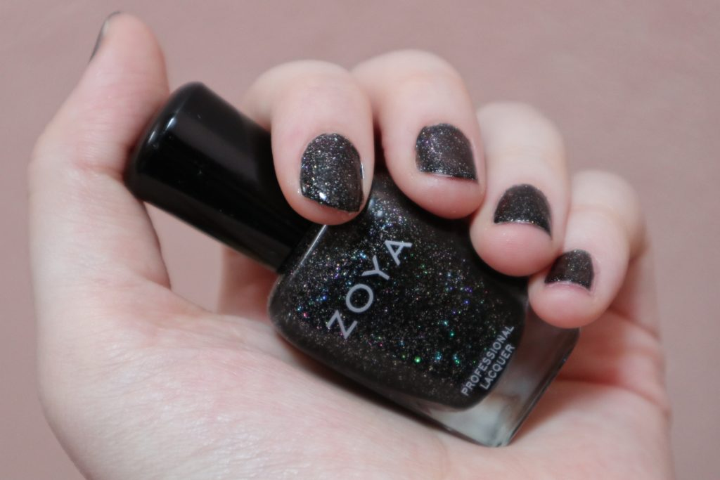 laky na nehty zoya, nail polish, lola-j, czech blogger, fashion, beauty, kosmetika, krása, recenze review, blog, party, evening, photography, večerní fotka, večírek, lak na nehty storm, galaxy, black, silver, stars, shiny nails, třpytivý lak