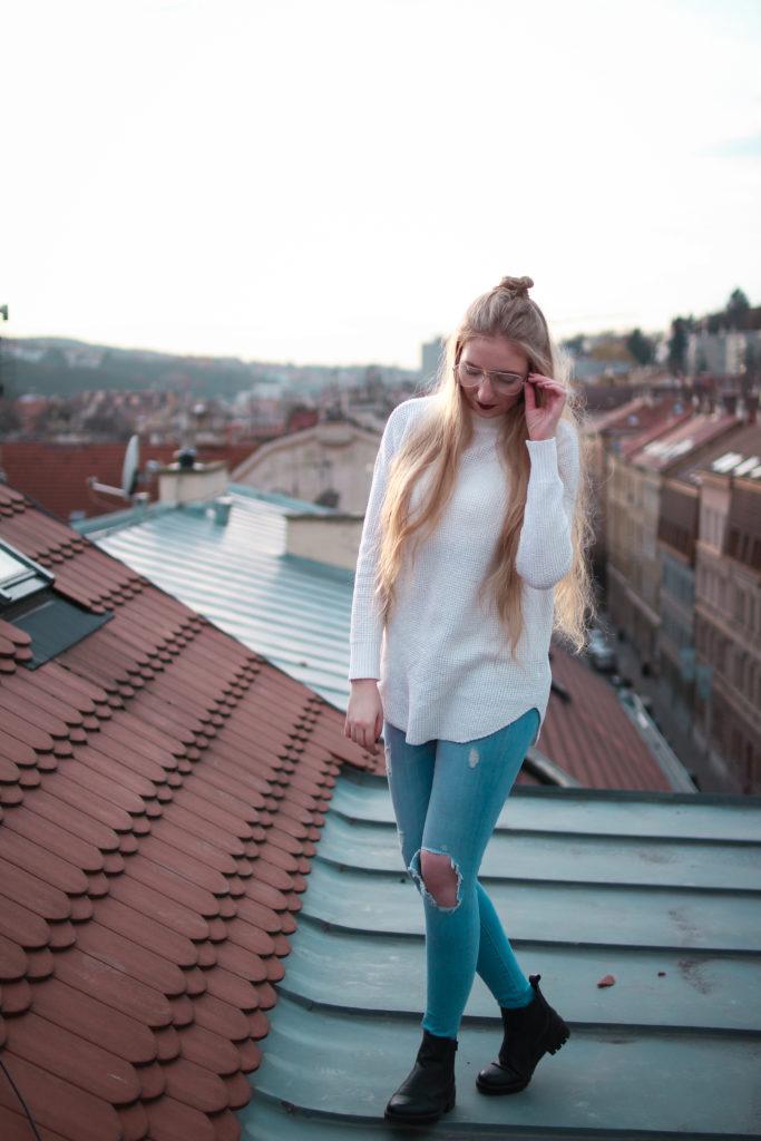 lola-j, lookbook, střecha, praha, view, výhled, prague, rooftop, sunset, západ slunce, svetr, rolák, sweater, ripped jeans, džíny, american eagle, urban outfitters, blonde, hairstyle, účes, lifestyle, bun, drdol, dlouhé vlasy, long hair, fashion blogger, styling ideas, makeup, red lipstick, nápady, inspirace, červená rtěnka