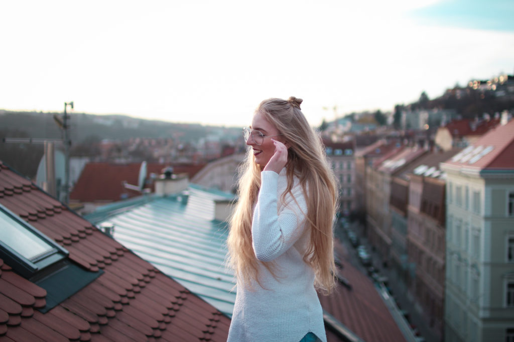 lola-j, lookbook, střecha, praha, view, výhled, prague, rooftop, sunset, západ slunce, svetr, rolák, sweater, ripped jeans, džíny, american eagle, urban outfitters, blonde, hairstyle, účes, lifestyle, bun, drdol, dlouhé vlasy, long hair, fashion blogger, styling ideas, makeup, red lipstick, nápady, inspirace, červená rtěnka, transparent glasses, transparentní brýle