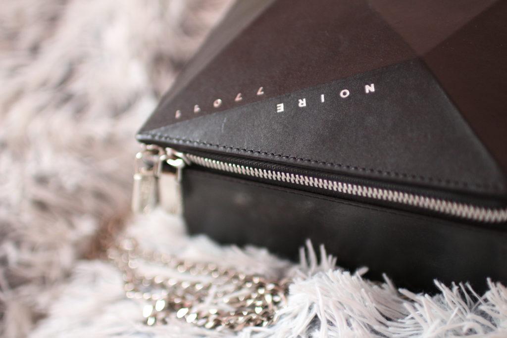kabelka Noire Crystal, designer handbag, kabelka Krystal, noire fashion, lola-j, fashion blogger, módní blogerka, outfit post, designérský kousek, móda, dnesnosim, dnes nosím, inspirace, černé oblečení, originální móda, neotřelá kabelka, pravá kůže, kožené kabelky, e-shop, detaily, stříbrné zapínání, česká blogerka, code of fashion