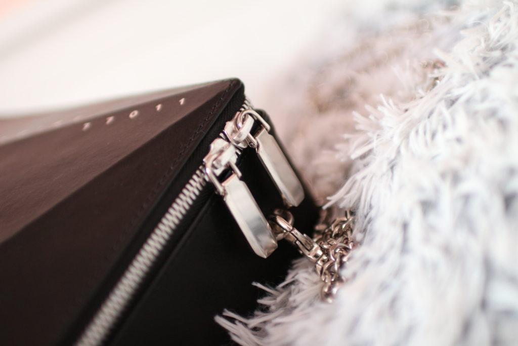 kabelka Noire Crystal, designer handbag, kabelka Krystal, noire fashion, lola-j, fashion blogger, módní blogerka, outfit post, designérský kousek, móda, dnesnosim, dnes nosím, inspirace, černé oblečení, originální móda, neotřelá kabelka, pravá kůže, kožené kabelky, e-shop, česká blogerka, Praha, stříbrné zapínání, detaily, code of fashion