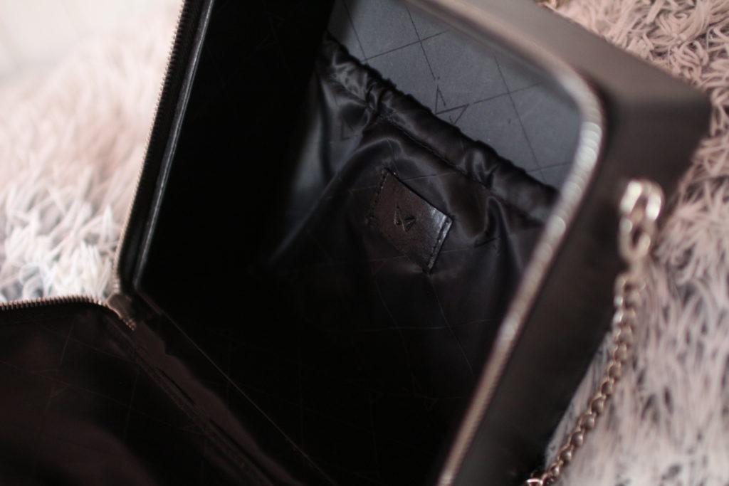 kabelka Noire Crystal, designer handbag, kabelka Krystal, noire fashion, lola-j, fashion blogger, módní blogerka, outfit post, designérský kousek, móda, dnesnosim, dnes nosím, inspirace, černé oblečení, originální móda, neotřelá kabelka, pravá kůže, kožené kabelky, e-shop, česká blogerka, Praha, jak vypadá uvnitř, kapsička, originál, detaily