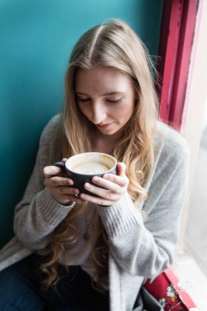 lola-j, kavárna, káva, chai latte, coffee, prague, praha, coffee place, café, recept, tipy, kam v praze na kávu, kafe, coffee art, obrázky v pěně, calm, war and cozy, cardigan, grey, blue, turqoise mug, tyrkysový hrnek, interior inspo