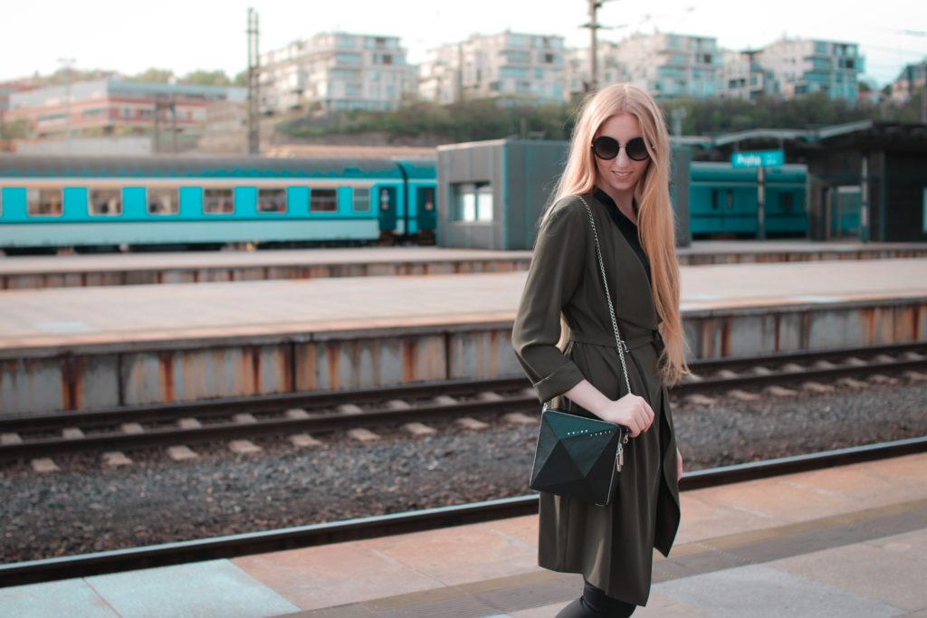 kabelka Noire Crystal, designer handbag, kabelka Krystal, noire fashion, lola-j, fashion blogger, módní blogerka, outfit post, designérský kousek, móda, dnesnosim, dnes nosím, inspirace, černé oblečení, originální móda, neotřelá kabelka, pravá kůže, kožené kabelky, e-shop, česká blogerka, Praha, long blonde hair, vlaky, train station, code of fashion