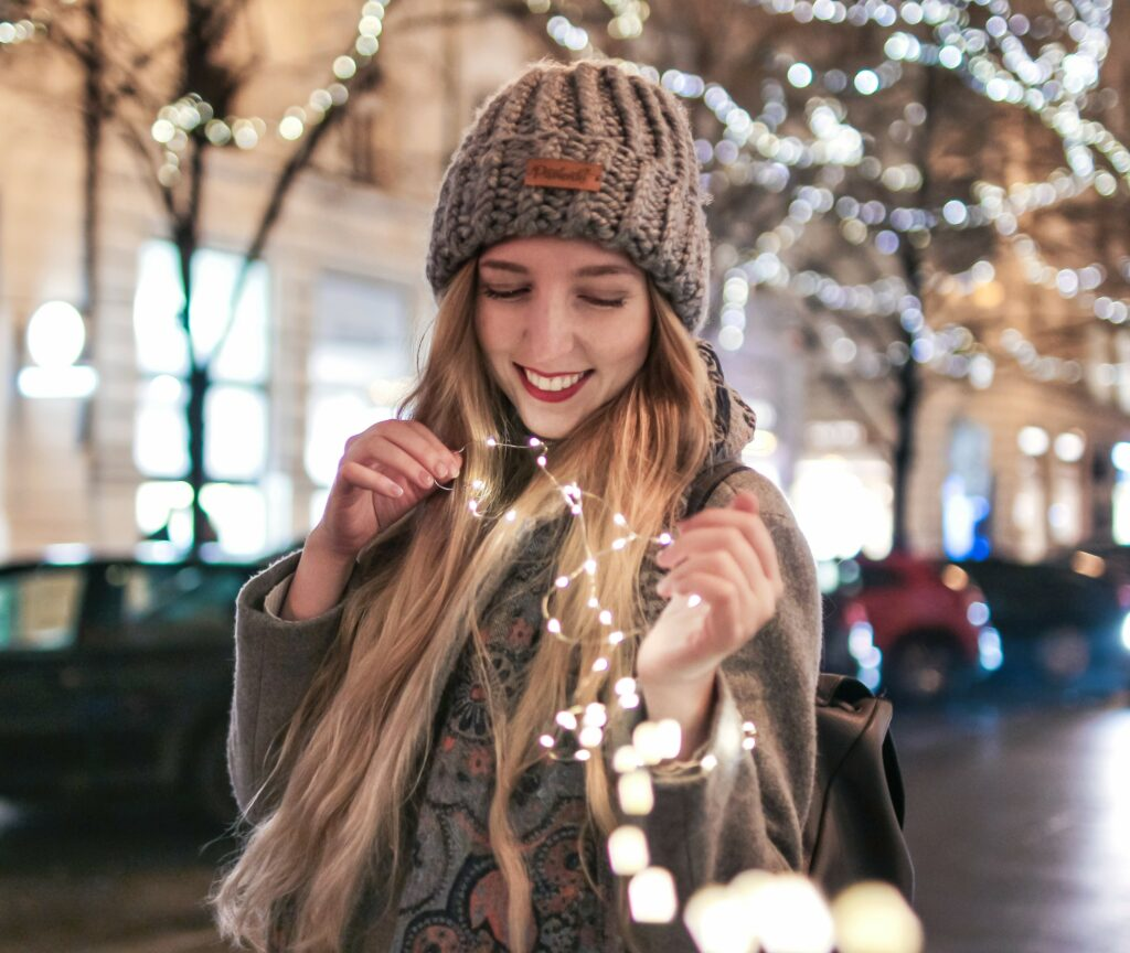 lolajukelson, lola-j, christmas lights, magical city, prague, winter portrait, photography trick, lightschain, pavlenki hat, wool, czech blogger, česká blogerka