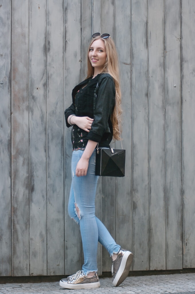 noire fashion, outfit, ootd, dnesnosim, star jacket, collection by vendula šulanová, the code of fashion, social media community, fashion bloggers, módní blog, blonde hair, contrast, all black everything, spring outfit, jarní outfit, inspo, outfit celá postava, ripped jeans