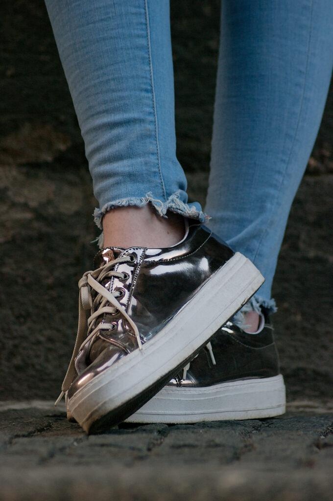 detail metalické boty, metallic sneakers on a platform, tenisky na platformě