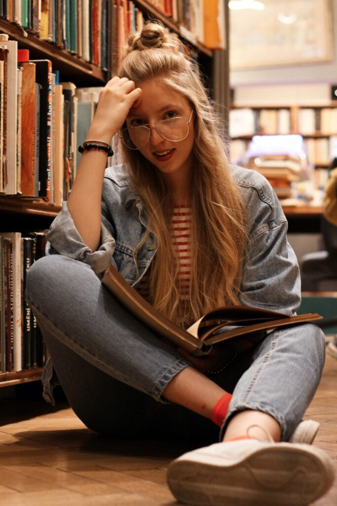 antikvariat, stare knihy, praha, old books, she is not lost, dnes citam, food for thought, knihovna, library, lost in words, old books, reader, lola-j, half bun, long hair, wavy hair, ceska bloggerka, czech blogger, blogerky, moms jeans, oversiyed jean jacket, džínová bunda, old school, klar latinova, transparent glasses, brýle