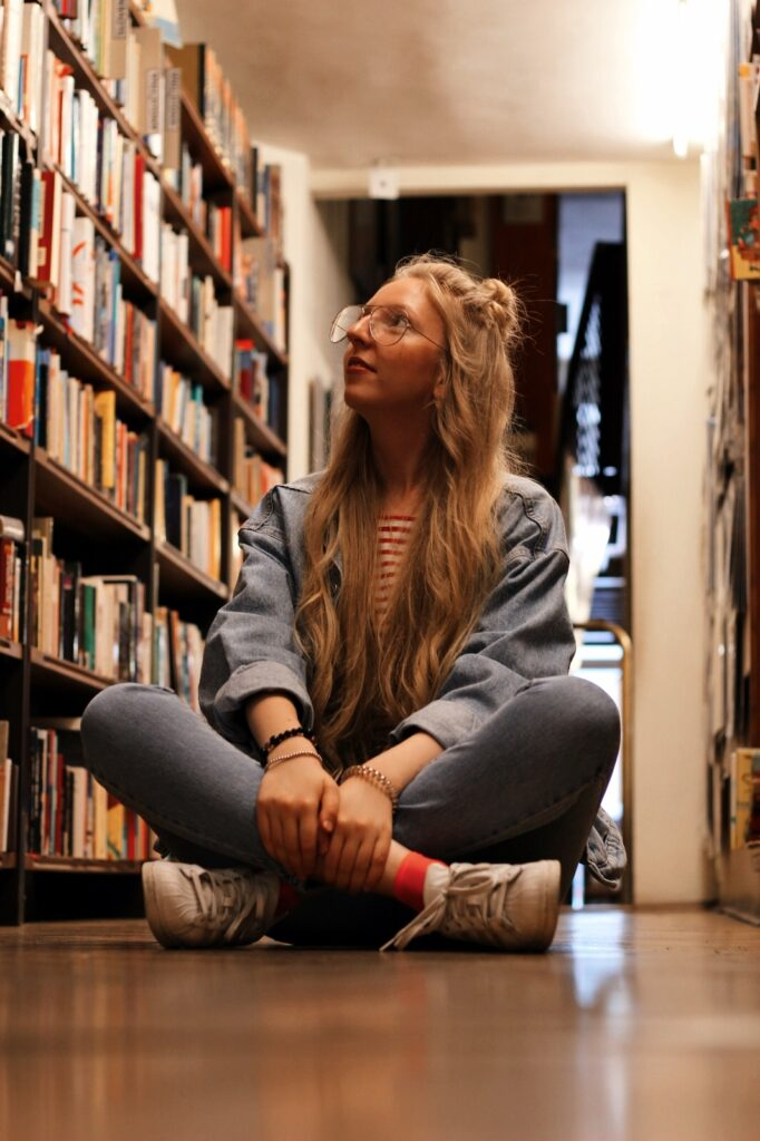 antikvariat, stare knihy, praha, old books, she is not lost, dnes citam, food for thought, knihovna, library, lost in words, old books, reader, lola-j, half bun, long hair, wavy hair, ceska bloggerka, czech blogger, blogerky, moms jeans, oversiyed jean jacket, džínová bunda, old school, klar latinova