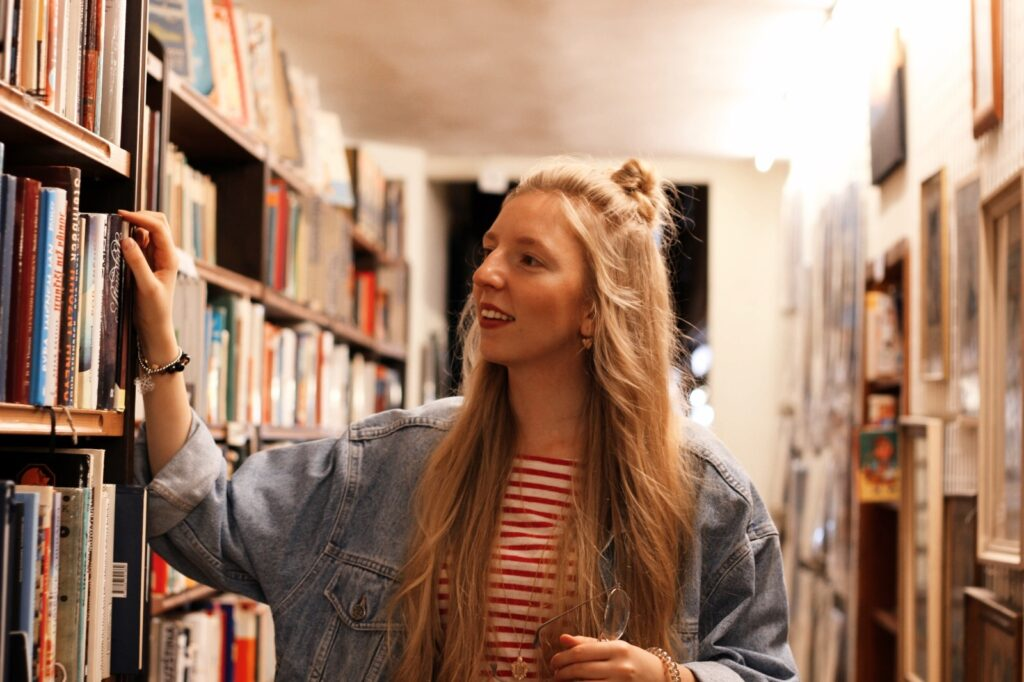 antikvariat, stare knihy, praha, old books, she is not lost, dnes citam, food for thought, knihovna, library, lost in words, old books, reader, lola-j, half bun, long hair, wavy hair, ceska bloggerka, czech blogger, blogerky, moms jeans, oversiyed jean jacket, džínová bunda, old school, klar latinova, knihomol