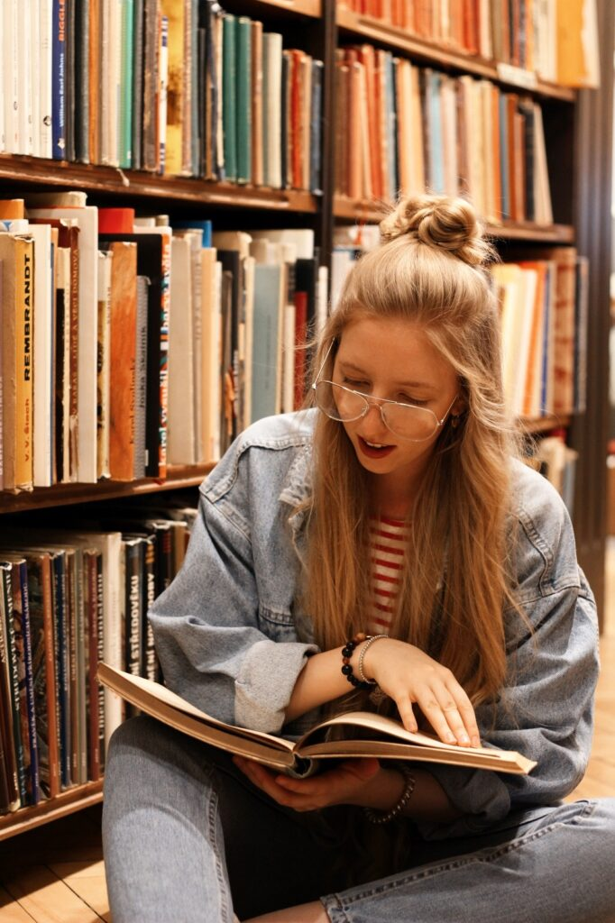 antikvariat, stare knihy, praha, old books, she is not lost, dnes citam, food for thought, knihovna, library, lost in words, old books, reader, lola-j, half bun, long hair, wavy hair, ceska bloggerka, czech blogger, blogerky, moms jeans, oversiyed jean jacket, džínová bunda, old school, klar latinova, rni films
