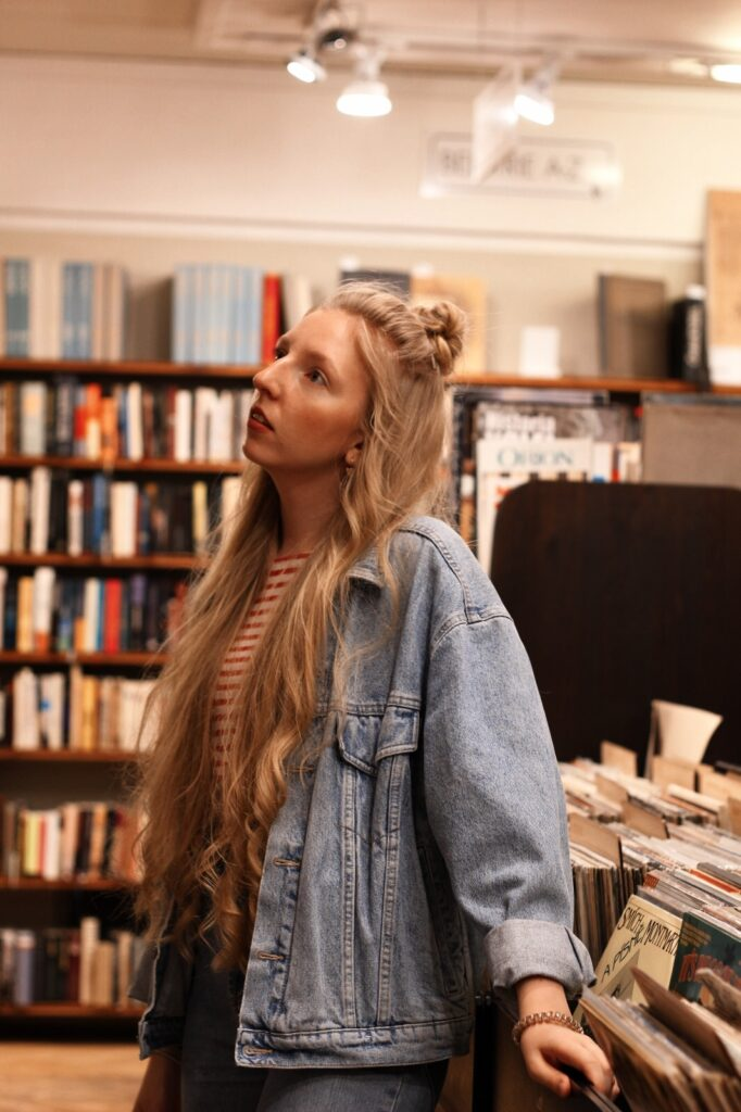 antikvariat, stare knihy, praha, old books, she is not lost, dnes citam, food for thought, knihovna, library, lost in words, old books, reader, lola-j, half bun, long hair, wavy hair, ceska bloggerka, czech blogger, blogerky, moms jeans, oversiyed jean jacket, džínová bunda, old school, klar latinova, vinyls